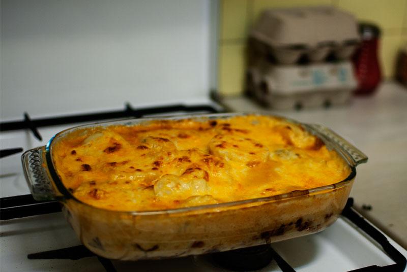 Patatas gratinadas con cheddar y chorizo