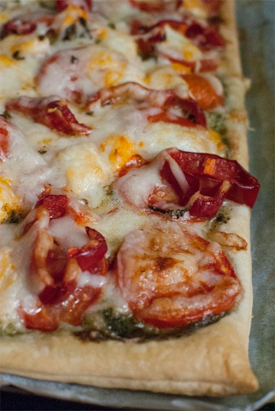 Tarta Caprese con tomates, pesto y mozzarella