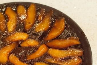 Pastel de chocolate con peras