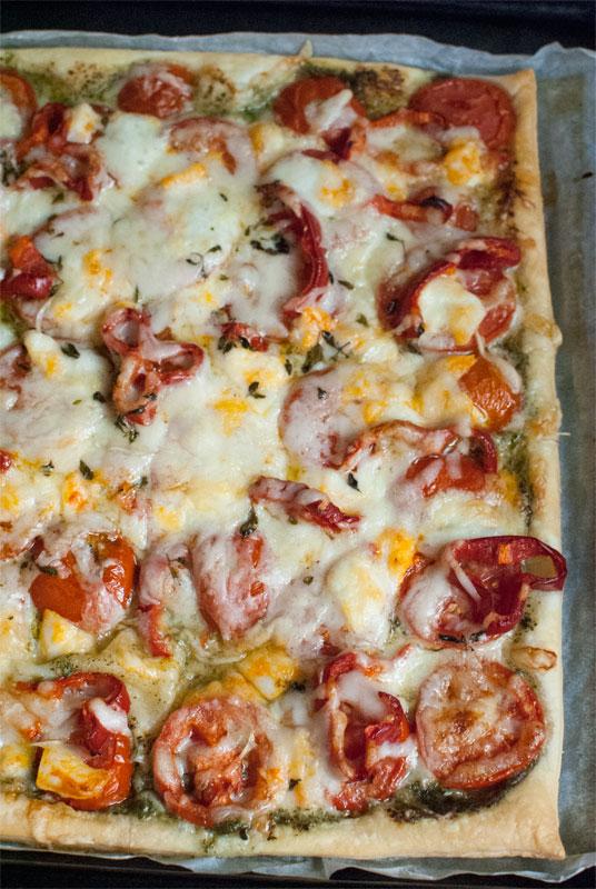 Caprese tart with tomatoes, pesto and mozzarella
