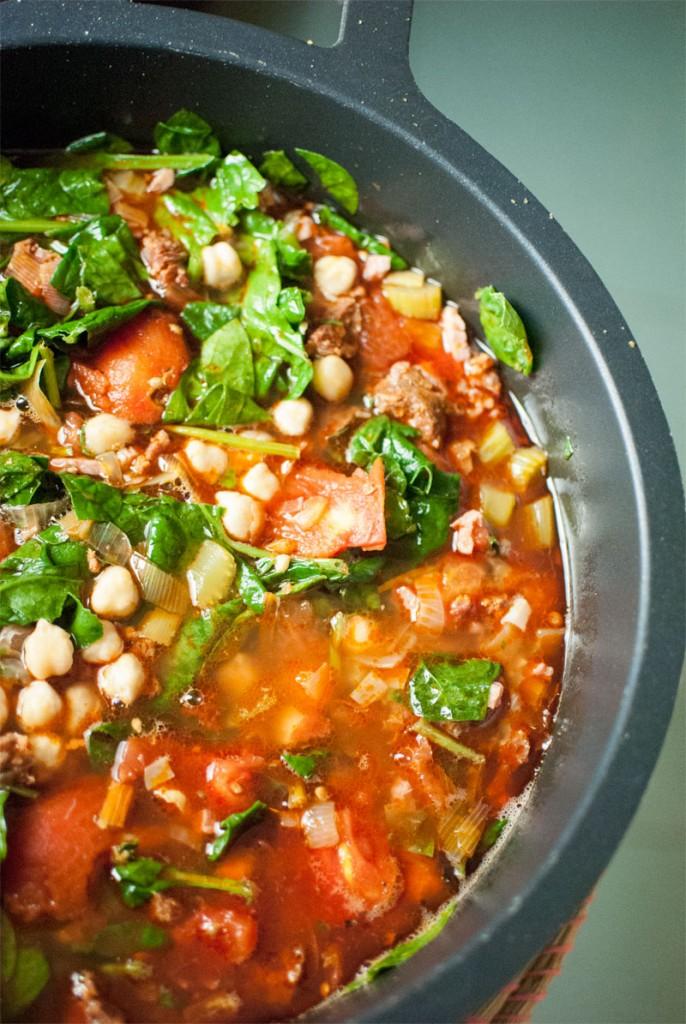 Cocido de garbanzos, chorizo y patatas