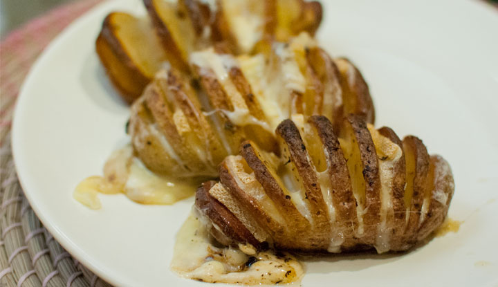 Patatas Hasselback gratinadas con queso raclette